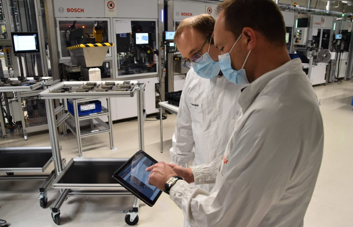 Plant operators at the Bosch plant in Eisenach evaluating energy flows using the Balancing Energy Network from Bosch.IO.